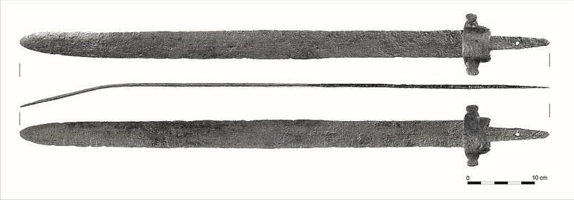 Miecz typu bułgarskiego (bizantyjskiego) po konserwacji z widocznym uszkodzeniem /Odkrywca