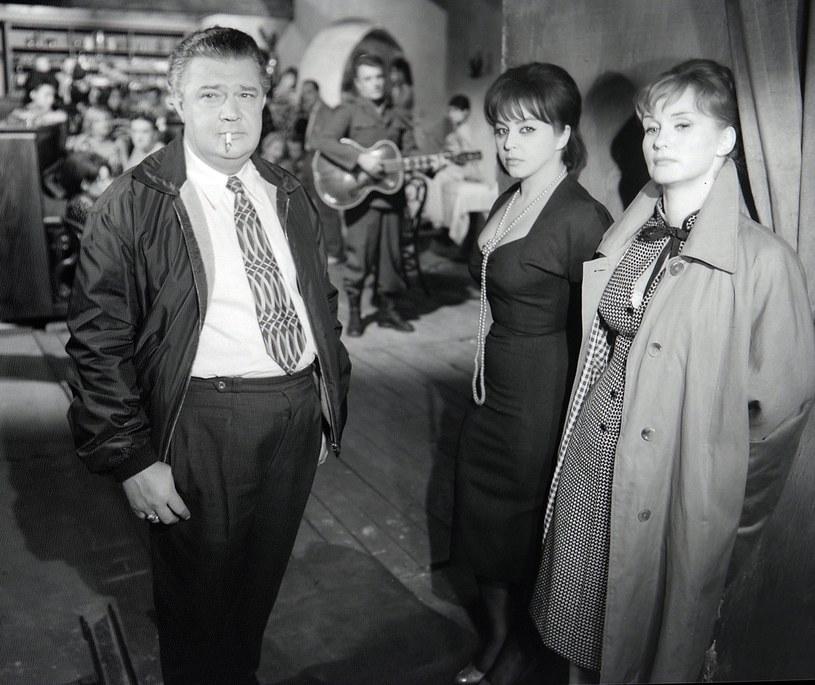 """Mieczysław Pawlikowski, Kalina Jędrusik i Barbara Krafftówna w filmie """"Jak być kochaną"""" (1962) /East News/POLFILM"""