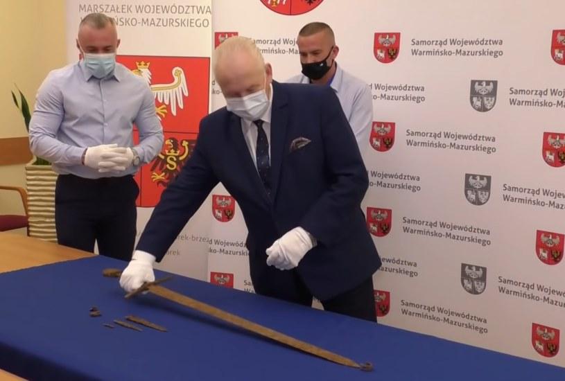 Miedwiediew przekazał znaleziska marszałkowi regionu Gustawowi Markowi Brzezinowi, a ten oddał je do Muzeum Bitwy pod Grunwaldem /