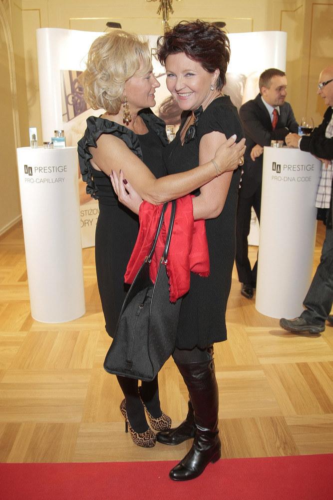 Między nami jest dobrze - zdają się mówić gesty Jolanty Kwaśniewskiej i Doroty Soszyńskiej  /AKPA
