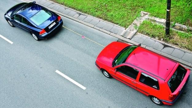 Między samochodami musi być zachowany odpowiedni dystans wynoszący od 4 do 6 m. /Motor