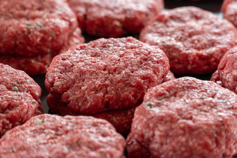 Międzynarodowa Agencja Badań nad Rakiem sklasyfikowała przetworzone mięso jako rakotwórcze dla ludzi i umieściła w grupie czynników powodujących raka /123RF/PICSEL
