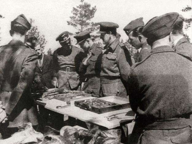 Międzynarodowa komisja lekarska ogląda dowody zbrodni katyńskiej w 1943 roku /Laski Diffusion /East News