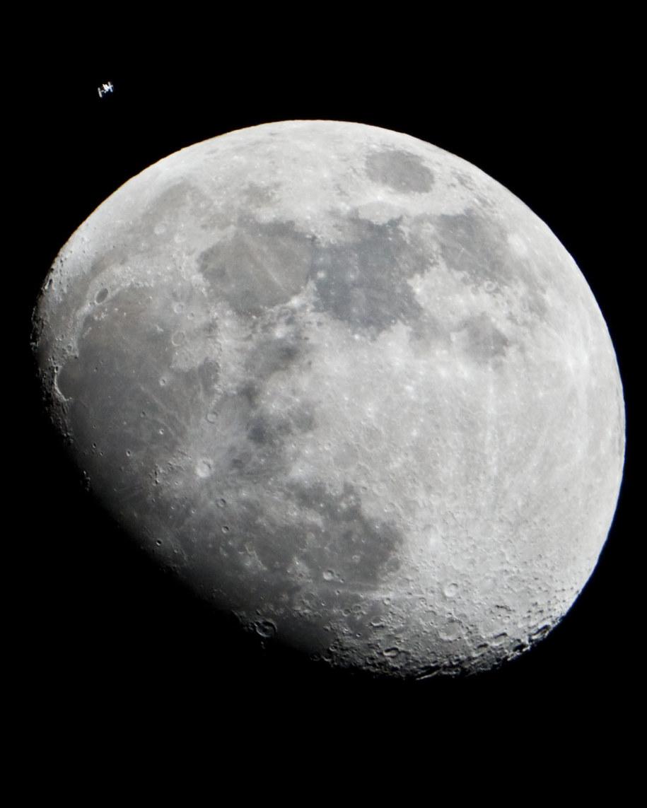 Miedzynarodowa Stacja Kosmiczna widoczna obok tarczy Księżyca na zdjęciu z 4.01.2012 roku /NASA /Materiały prasowe