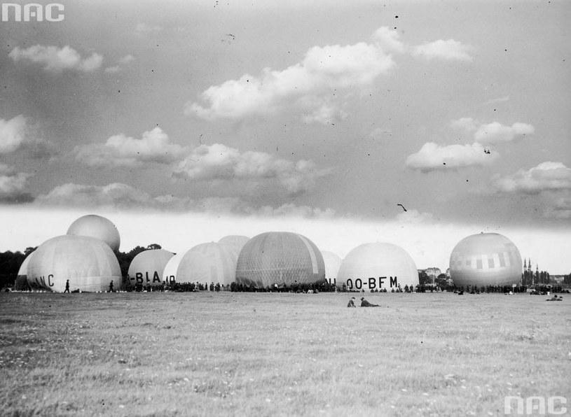 Międzynarodowe Zawody Balonowe o Puchar Gordona Bennetta w Warszawie. Napełnianie balonów gazem /Z archiwum Narodowego Archiwum Cyfrowego