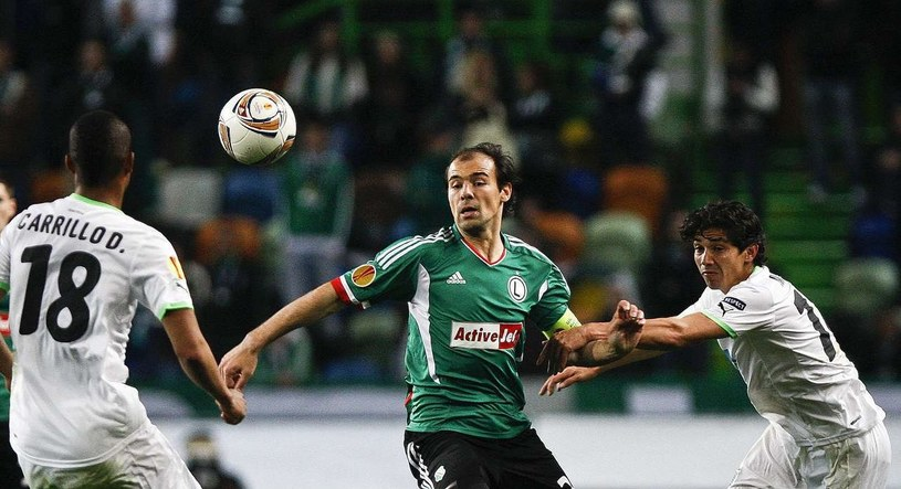 Miejmy nadzieję, że po tym całym zamieszaniu z walkowerem Legii uda się awansować do Ligi Europejskiej i zagrać w niej równie skutecznie jak w sezonie 2011/2012. Kapitan legionistów Ivica Vrdoljak (w środku) w starciu ze Sportingiem Lizbona. /AFP