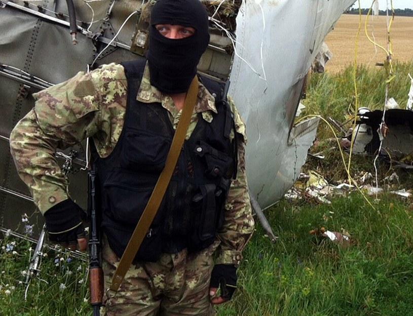 Miejsca, w którym porozrzucane są fragmenty rozbitego samolotu, pilnują prorosyjscy separatyści /AFP