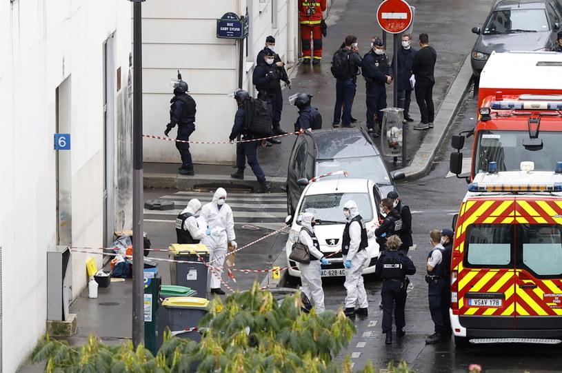 """Miejsce ataku na dwójkę dziennikarzy przed budynkiem tygodnika """"Charlie Hebdo"""" w Paryżu /IAN LANGSDON /PAP/EPA"""