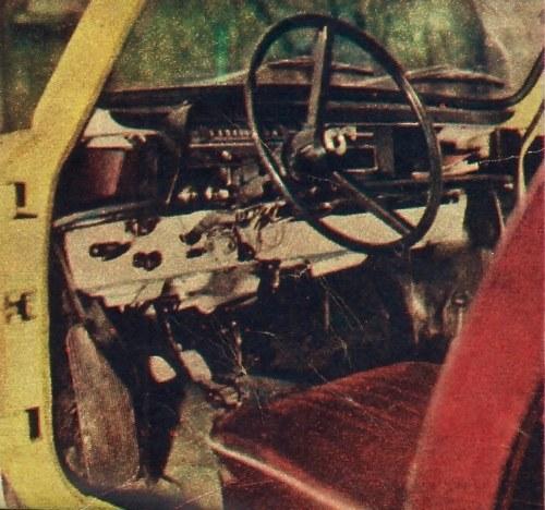 Miejsce kierowcy. Przycisk sygnału dźwiękowego znajduje się w piaście koła kierownicy. W przeciwieństwie do poprzednich modeli Zaporożec ma już wszystkie pedały typu wiszącego. Po obu stronach tablicy przyrządów półki na drobne przedmioty. /Motor