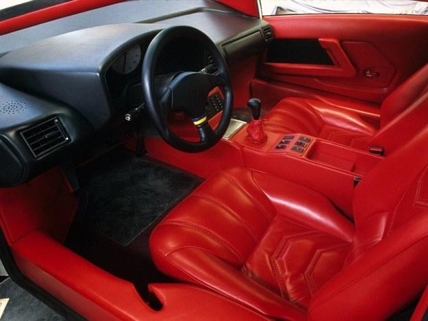 Miejsce kierowcy. Twórcy próbują uzasadnić wysoką cenę oferując w zamian luksusową tapicerkę. /Motor