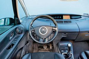 Miejsce kierowcy zaskakuje niespotykanym oddaleniem kierownicy od reszty tablicy przyrządów. Sterowanie klimatyzacją z lewej strony to oryginalne, ale niezbyt wygodne rozwiązanie. /Motor