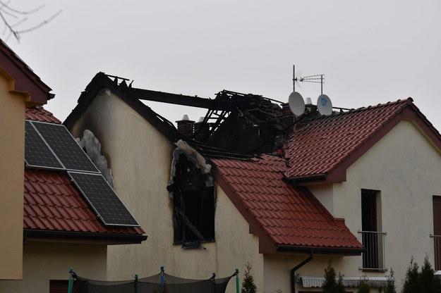 Miejsce po nocnym pożarze na poddaszu domu dwurodzinnego na szczecińskim osiedlu Krzekowo-Bezrzecze / Marcin Bielecki    /PAP