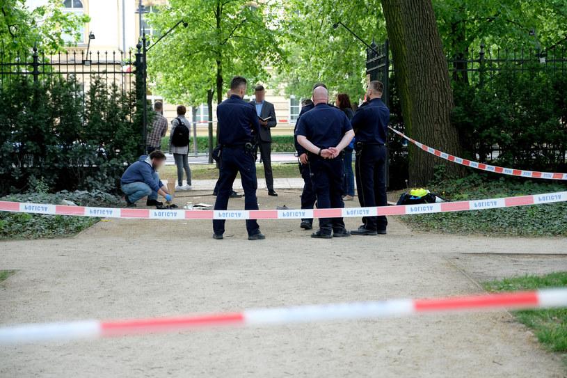 Miejsce podpalenia się mężczyzny w Parku Łazienkowskim, na przeciwko Kancelarii Premiera Rady Ministrów /Mateusz Grochocki/East News /East News