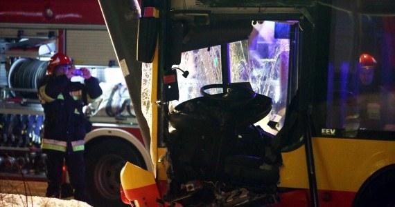Miejsce wypadku autobusu miejskiego, niedaleko skrzyżowania al. Jana Pawła II i ul. Grzybowskiej w Warszawie /Tomasz Gzell /PAP