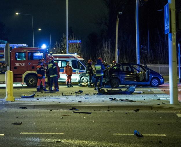 Miejsce wypadku, do którego doszło w nocy z 25 na 26 grudnia, na skrzyżowaniu ul. Pryncypalnej z al. Bartoszewskiego (trasa Górna) w Łodzi /Grzegorz Michałowski /PAP