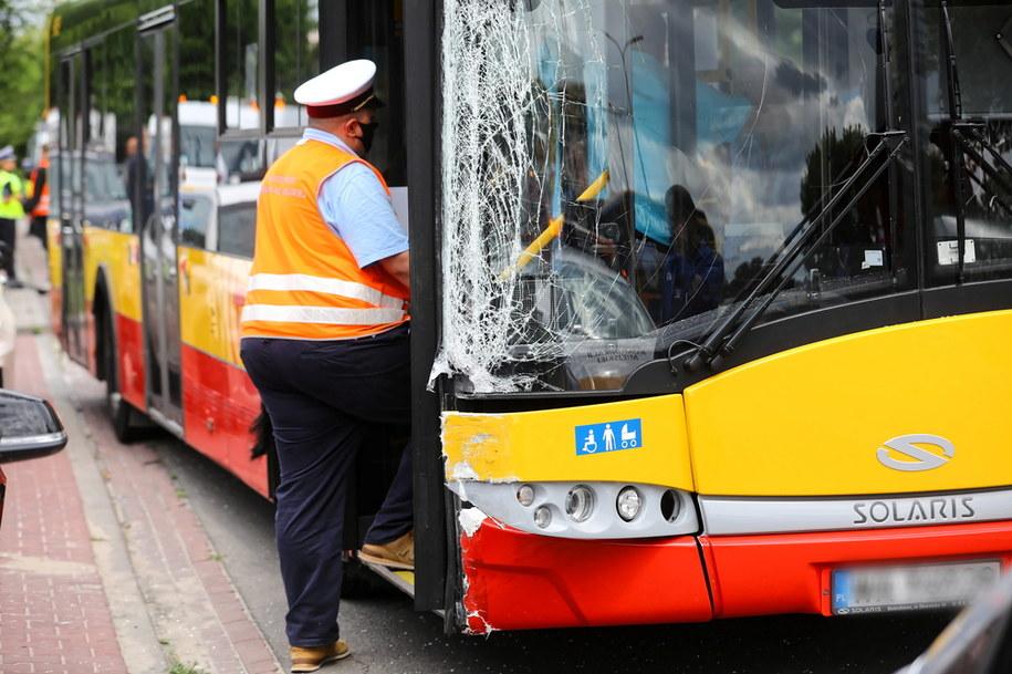 Miejsce wypadku na ulicy Klaudyny na warszawskich Bielanach, gdzie autobus miejski zderzył się z czterema samochodami osobowymi /Rafał Guz /PAP