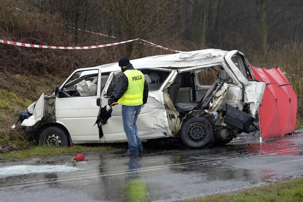 Miejsce wypadku w miejscowości Werynia na Podkarpaciu. Tyle zostało z busa, którym jechali młodzi piłkarze /Darek Delmanowicz /PAP