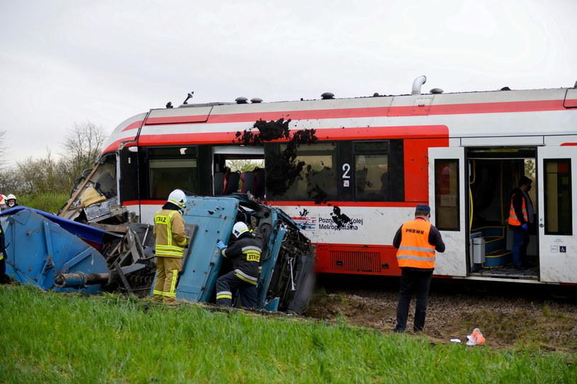 Miejsce wypadku z udziałem ciężarówki i pociągu osobowego Kolei Wielkopolskich na strzeżonym przejeździe kolejowym w Bolechowie k. Poznania /Jakub Kaczmarczyk /PAP