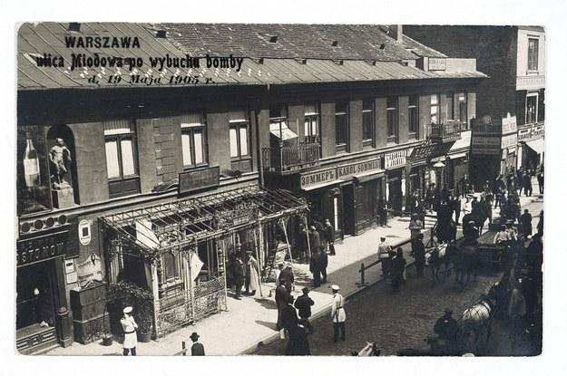 Miejsce zamachu Dzierzbickiego, cukiernia Trojanowskiego przy ul. Miodowej po wybuchu bomby. 19 maja 1905 r. /Znak Horyzont /INTERIA.PL