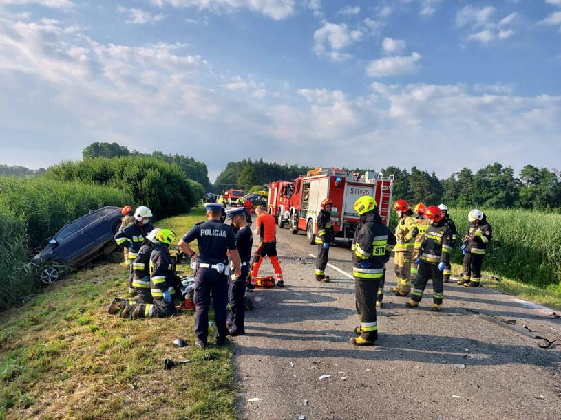 Miejsce zderzenia busa i pojazdu osobowego na drodze krajowej nr 784 w miejscowości Wygoda /PAP/KPP Radomsko /PAP