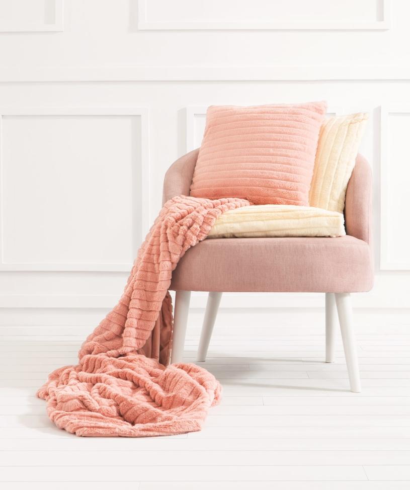 Miękki koc i poduchy połączone z wygodnym fotelem tworzą idealną przestrzeń do relaksu /materiały prasowe