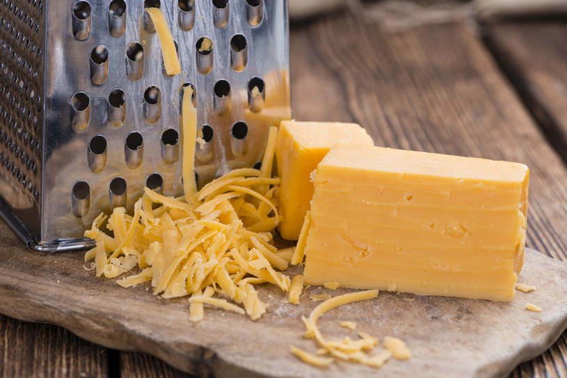 Miękki żółty ser nie będzie przylegał do tarki, jeśli ją przed tarciem posmarujesz olejem. /123RF/PICSEL