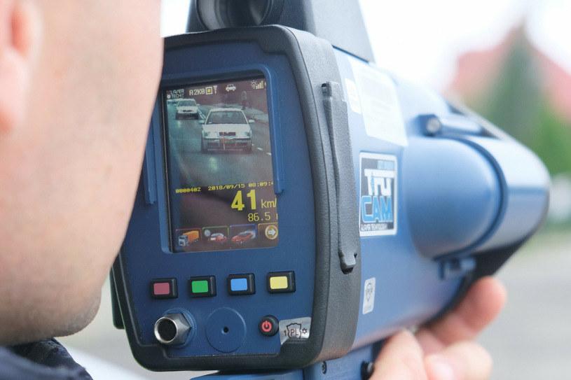 Mierniki Ultralyte mogą mierzyć odległości między pojazdami, ale GUM homologował je tylko do pomiaru prędkości. Homologacja mówi za to o pomiarze nawet z 1200 metrów, podczas gdy instrukcja - ze 100 metrów! /Łukasz Solski /East News