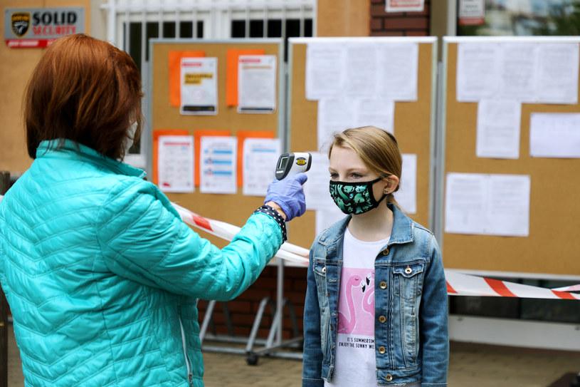 Mierzenie temperatury przed wejściem do szkoły /Piotr Molecki /East News