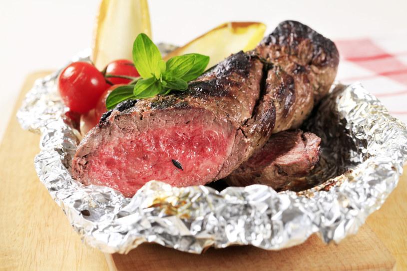 Mięs i wędlin nie zawijaj szczelnie folią aluminiową. Brak dostępu powietrza sprawia, że szybciej się psuje /123RF/PICSEL