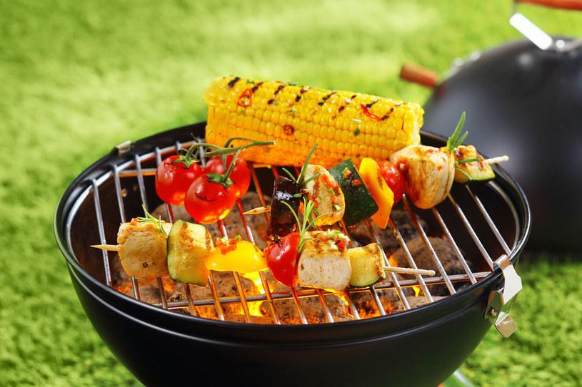 Mięsa, które wybraliśmy do grillowania, warto wcześniej zamarynować /123RF/PICSEL