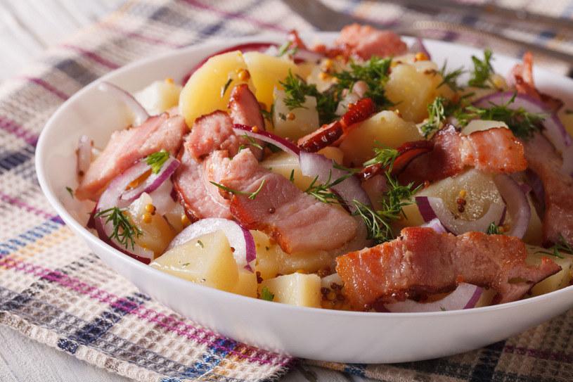 Mięsna wkładka czyni sałatkę jeszcze bardziej pożywną /123RF/PICSEL