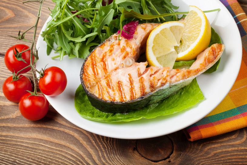 Mięso jedz tylko chude, sięgaj też po ryby (ale nie wędzone). Ale uwaga! Jeśli cierpisz na kamicę moczanową, ogranicz białko, także roślinne. Rośliny strączkowe nie są zalecane /123RF/PICSEL