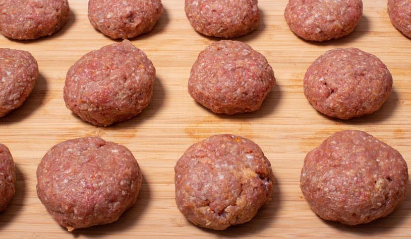 Mięso najlepiej wyrabiać ręcznie, dzięki temu ma się większą kontrolę na konsystencją /123RF/PICSEL