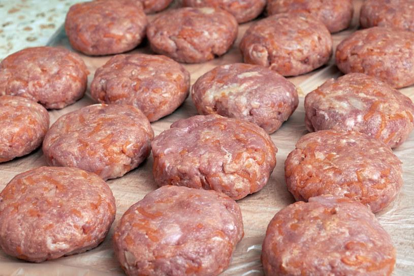 Mięso najlepiej wyrabiać ręcznie, w szklanej lub metalowej miseczce /123RF/PICSEL