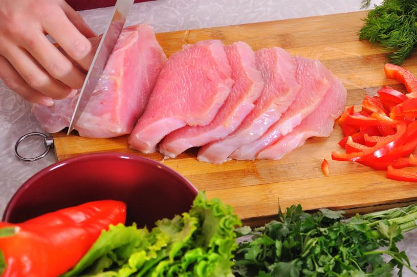 Mięso należy kroić w poprzek włókien /123RF/PICSEL