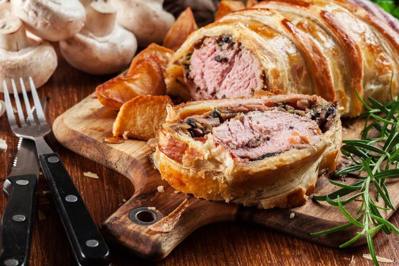 Mięso podane w chrupiącym cieście francuskim z pewnością zaintryguje gości /123RF/PICSEL