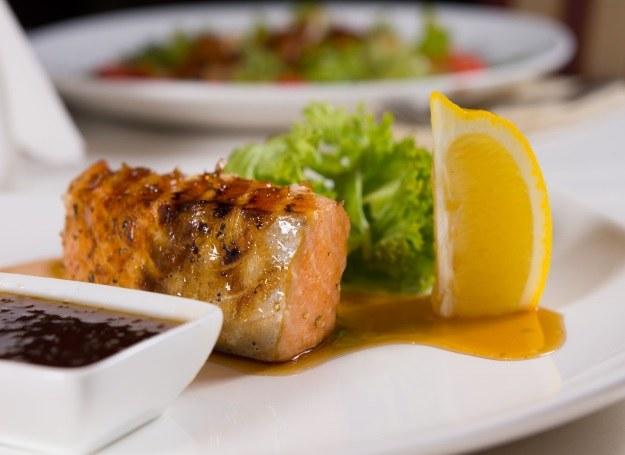 Mięso podawaj z ulubionym sosem /123RF/PICSEL