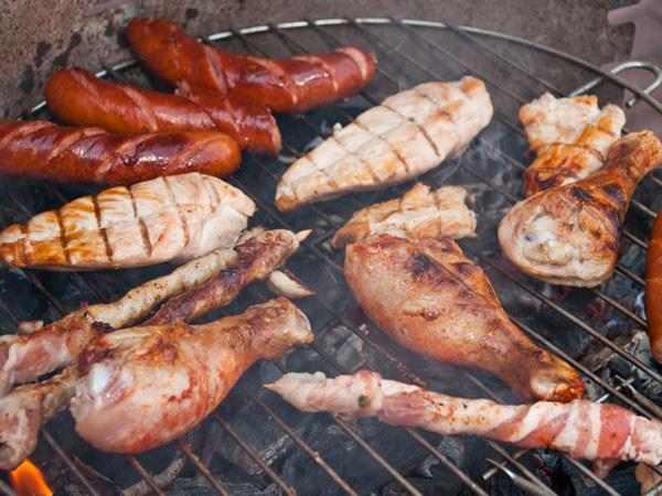 Mięso trzeba często obracać, unikając nakłuwania, bo wtedy wycieka sok  /© Panthermedia