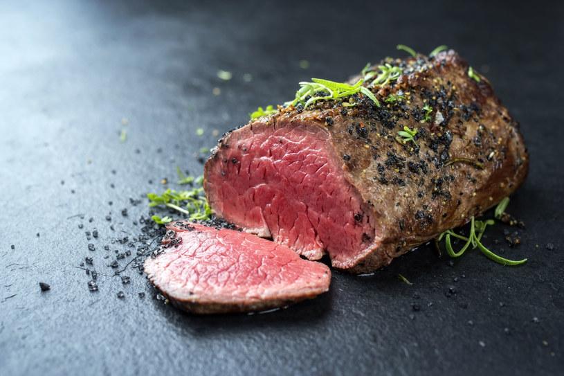 Mięso wołowe najlepiej wypiec do stanu medium – dzięki temu będzie jednocześnie kruche i soczyste /123RF/PICSEL