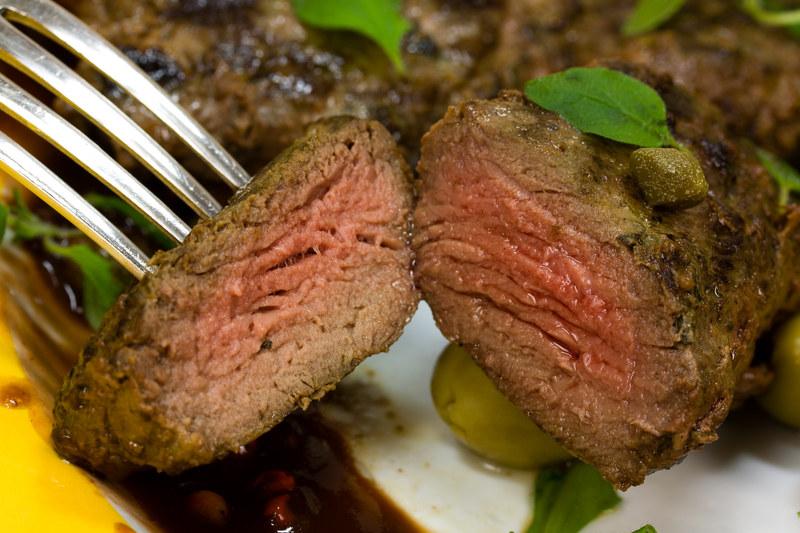 Mięso z grilla nie jest wysuszone dzięki marynacie  /© Panthermedia