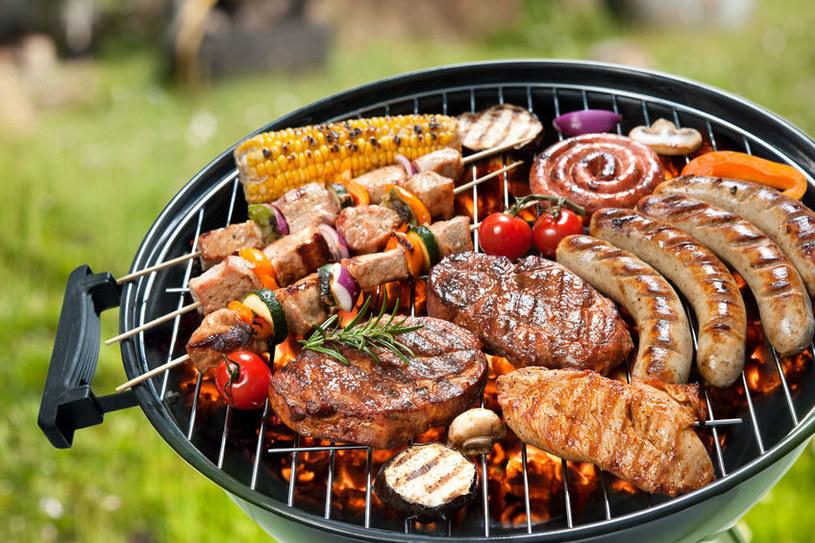 Mięso z grilla podnosi temperaturę ciała /123RF/PICSEL