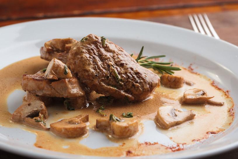 Mięso z sosem pieczarkowym /123RF/PICSEL