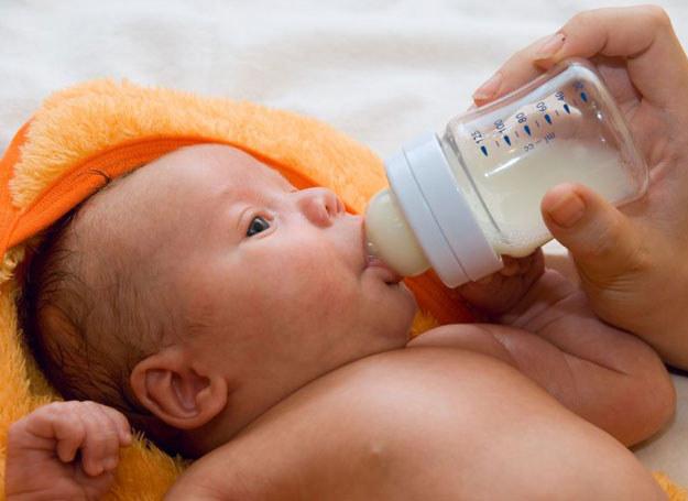 Mieszanka mleczna to przeznaczone dla niemowlęcia pożywienie, które pokrywa jego zapotrzebowanie na składniki odżywcze /123RF/PICSEL