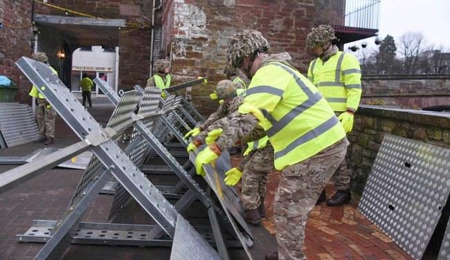 Mieszkańcom pomaga wojsko /PAP/EPA