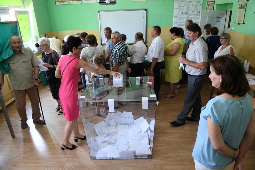 Mieszkańcy Baranowa głosują w referendum /Jacek Turczyk /PAP