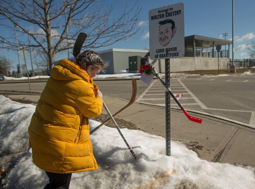 Mieszkańcy Brantford na różne sposoby oddawali hołd Walterowi Gretzky'emu /Getty Images /Getty Images
