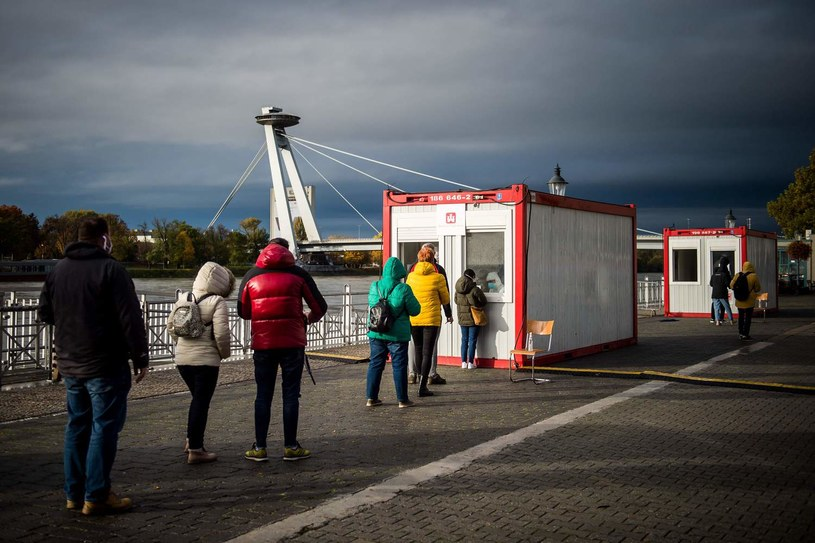 Mieszkańcy Bratysławy w kolejce do antygenowych testów na COVID-19 /Vladimir Simicek / AFP /AFP