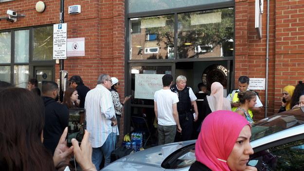 Mieszkańcy budynku przed punktem pomocy dla poszkodowanych /Bogdan Frymorgen /RMF FM