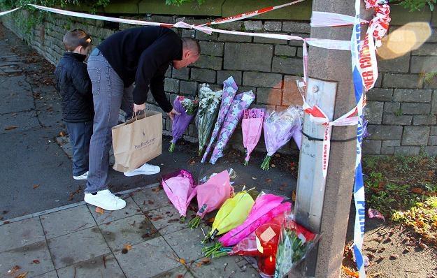 Mieszkańcy Cardiff składają kwiaty i palą znicze w miejscu, gdzie szaleniec zabił 32-letnią kobietę /AFP