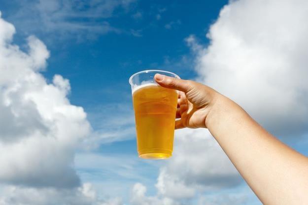 Mieszkańcy chcą wiedzieć, czy można pić pod chmurką /©123RF/PICSEL